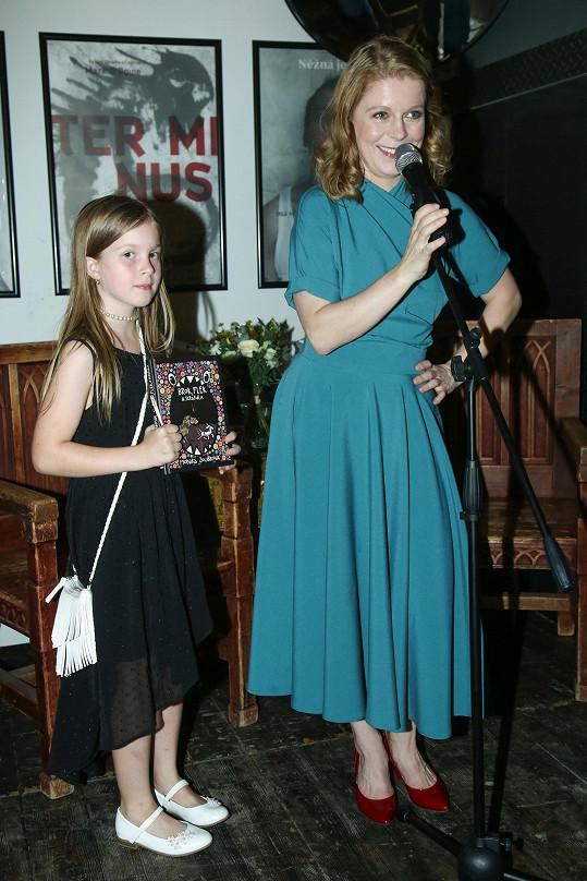 Monika Zoubková slavnostně pokřtila svou první knihu za asistence dcerky.