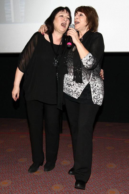 Martha a Tena Elefteriadu na pódiu