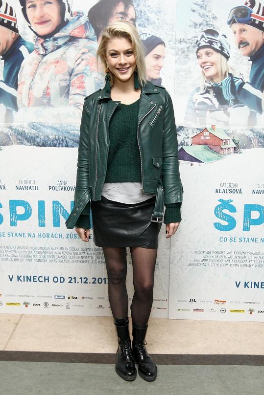 Katka s filmovým plakátem při pražské projekci snímku