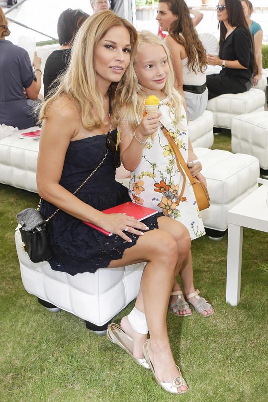 Dorazila s dcerou Rachel.