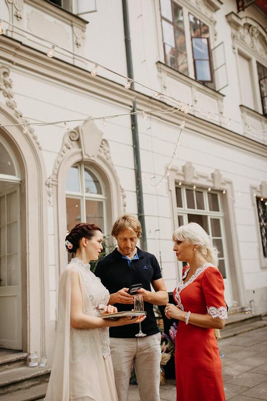 Dorazila v nich popřát k narozeninám Lilii Khousnoutdinové, ženě miliardáře Karla Janečka.