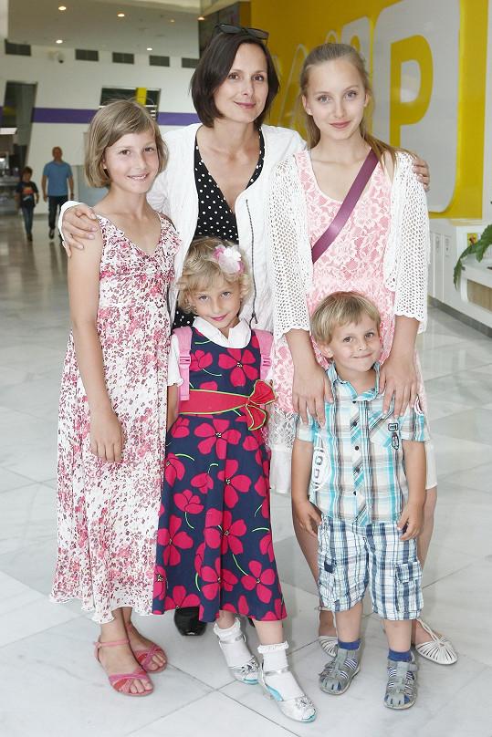 Žádníková Volencová a její čtyři děti: Jana, Zuzka, Jiřík a Andrea