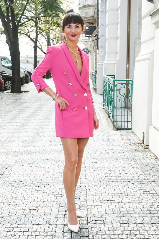 Sandra oblékla růžové sako, které doplnila luxusními šperky, prádlo nechala doma.