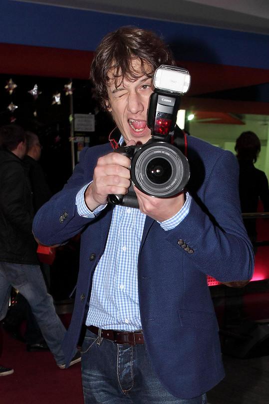 Ten si střihl roli sexy fotografa.