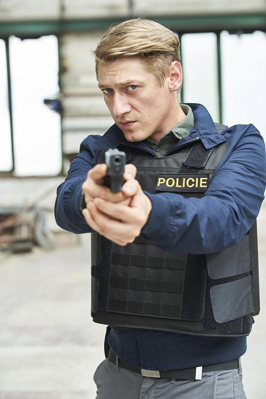 Kvůli seriálové roli musel podstoupit výcvik a naučit se ovládat zbraň.