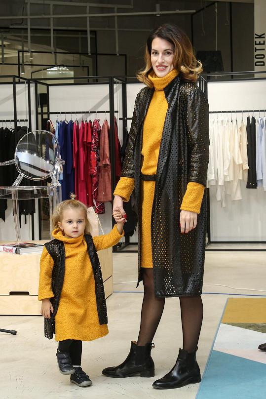 Lucie s malou Lolou na módním mole