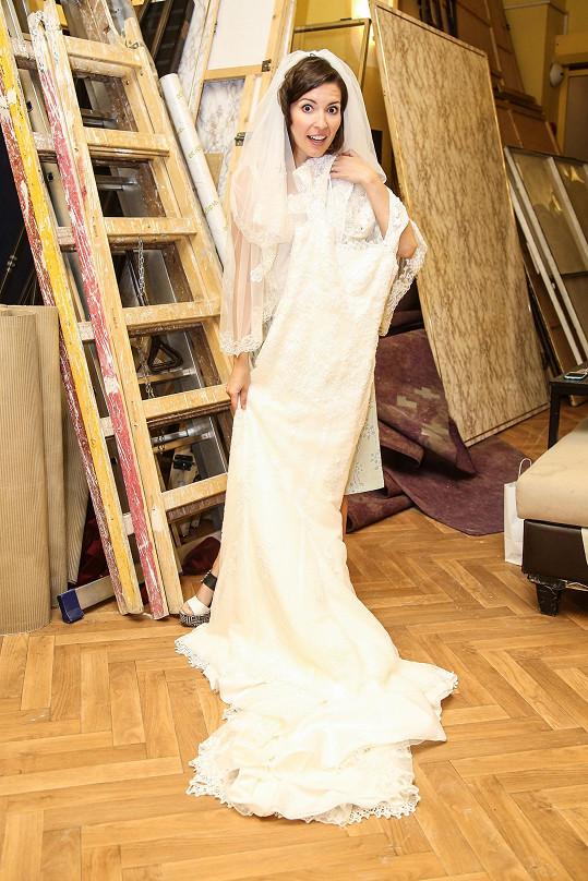 Romana zkoušela svatební šaty.