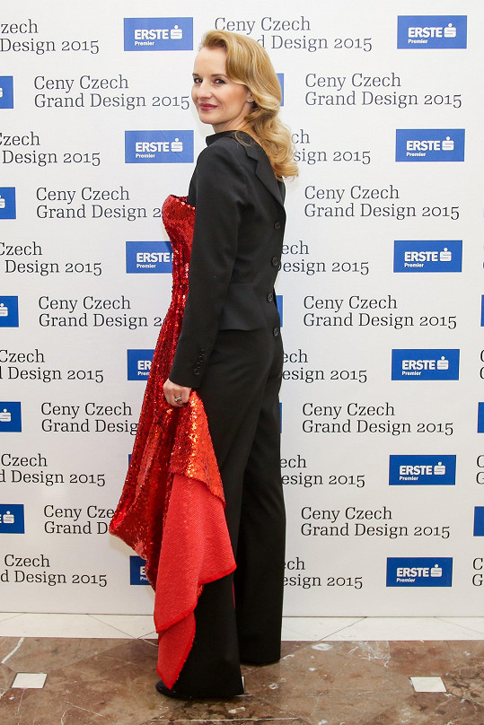 Zepředu sexy šaty a zezadu pánský oblek Zielinski doplnila kabelkou Prada, obutím Hugo Boss a šperky Belda.