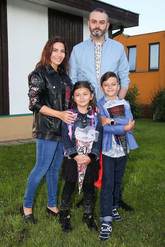 Eva Decastelo s manželem a dětmi Michálkem, který nastoupil do druhé třídy, a Zuzankou, která šla do školy poprvé.