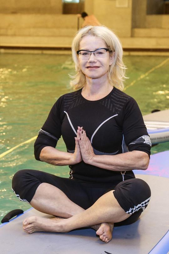 Herečka cvičí jógu denně.