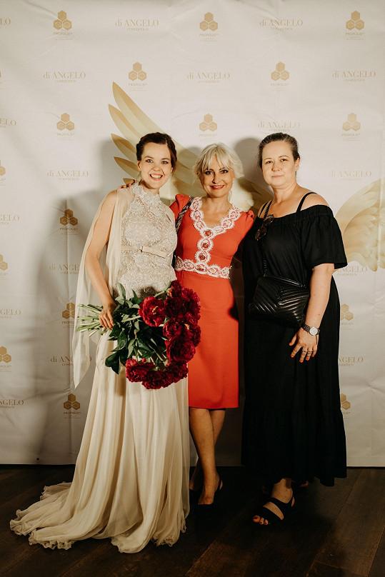 S kamarádkou Pavlou Saudkovou od ní poté převzaly šek pro nadační fond Be Charity.