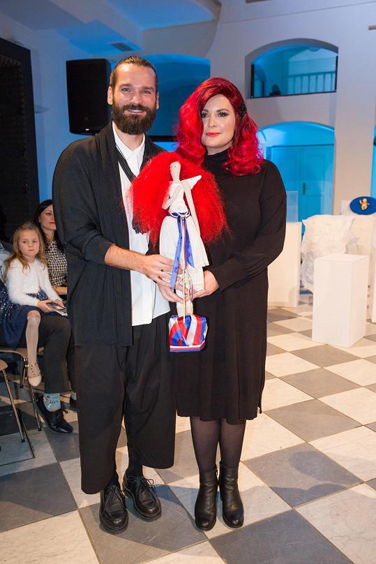 Jitka Čvančarová vytvořila s kadeřníkem Michalem Zapomělem panenku pro UNICEF. Vydražila se za 45 000 Kč.