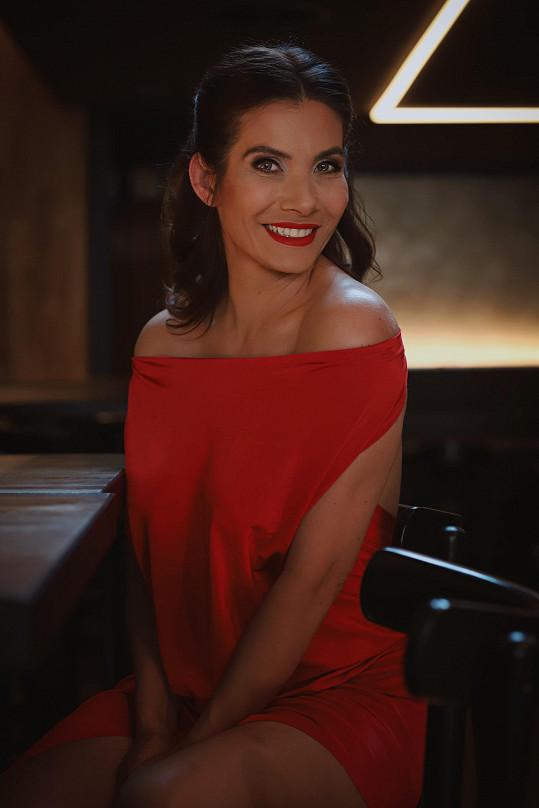 Ve filmu se v menší roli objeví i Eva Decastelo.