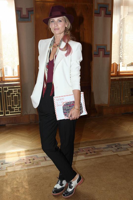 Hvězda světového modelingu devadesátých let Daniela Peštová si může dovolit pracovat s výraznými detaily, ona je totiž umí perfektně sladit a celek nepůsobí přeplácaně.
