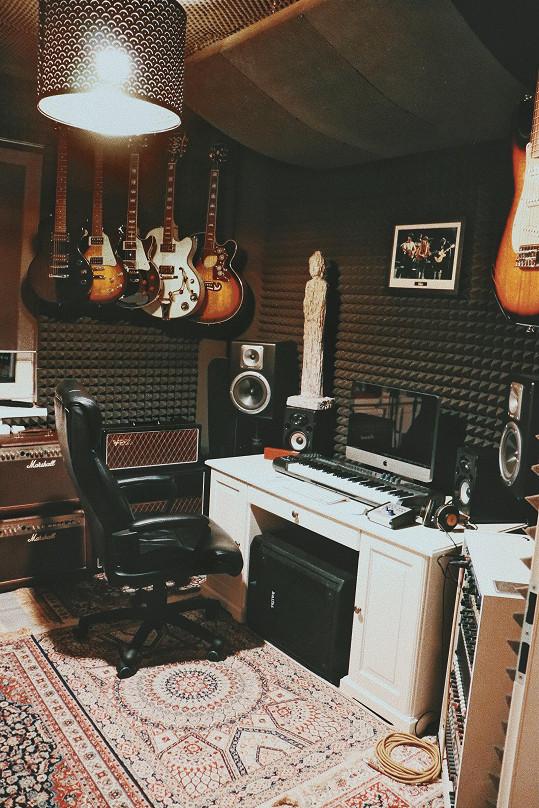 Jedna z místností je zařízená jako nahrávací studio. Pokud se rodinka rozroste, přesune se hudební pokoj do domku na zahradě a zde vytvoří další pokojíček.