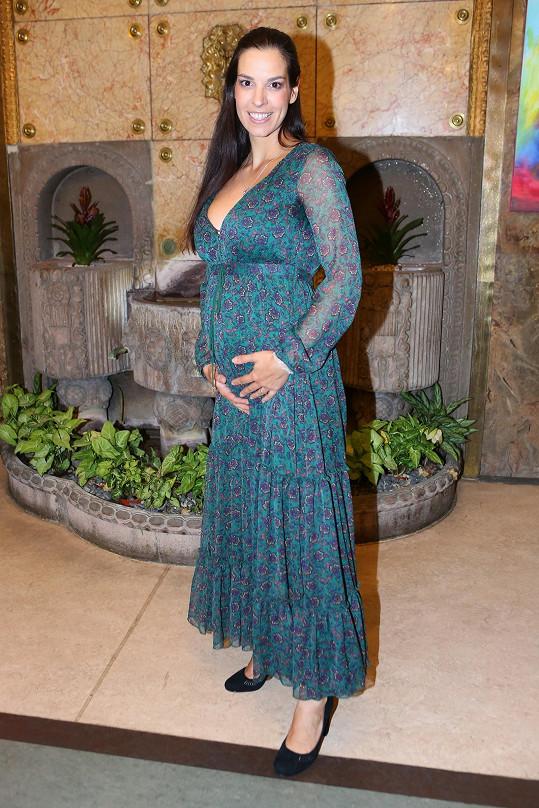 Herečka ukázala těhotenské bříško.