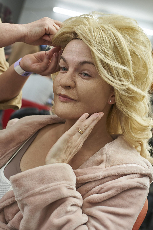 Bez blond vlasů by se proměna neobešla.