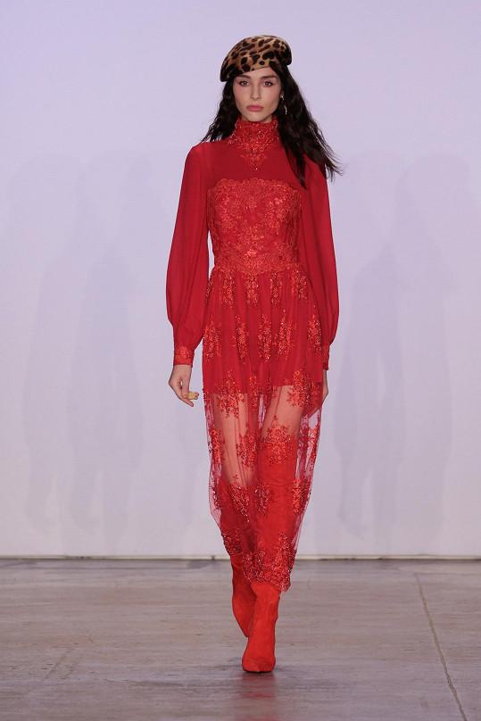 Model, který na sobě měla tato modelka, už před nějakou dobou oblékla během své návštěvy v Praze právě Pořízková.