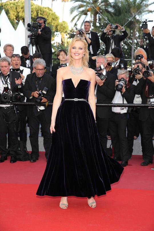 Nádherná Češka si může dovolit netradiční délku sukně.