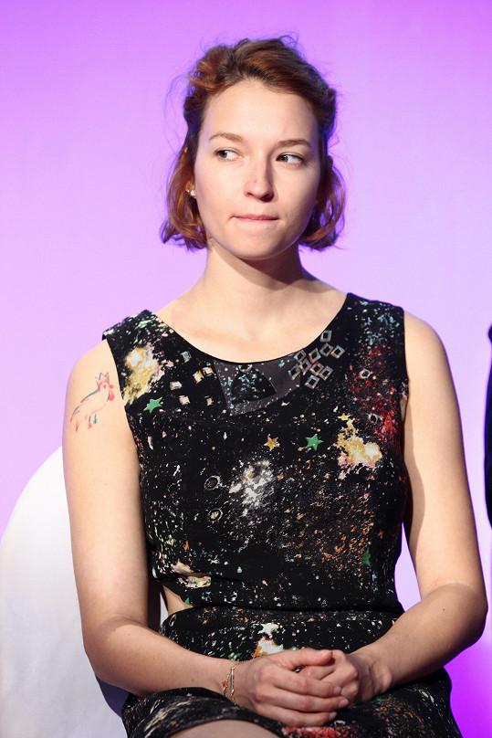 Pravé rameno jí nově zdobí dvoubarevné tetování.