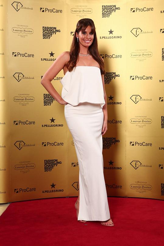 Většina dam se rozhodla uchvacovat okázalostí, jednou z výjimek byla bývalá Miss Barbora Franeková, která sáhla po minimalizmu z dílny Michaela Kováčika.