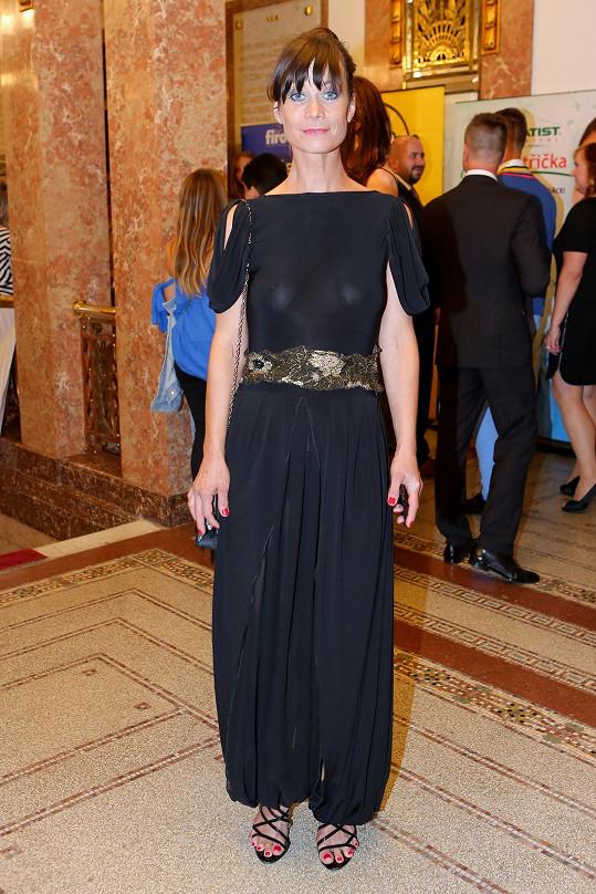 Dlouhé šaty oblékla i herečka Šárka Ullrichová.