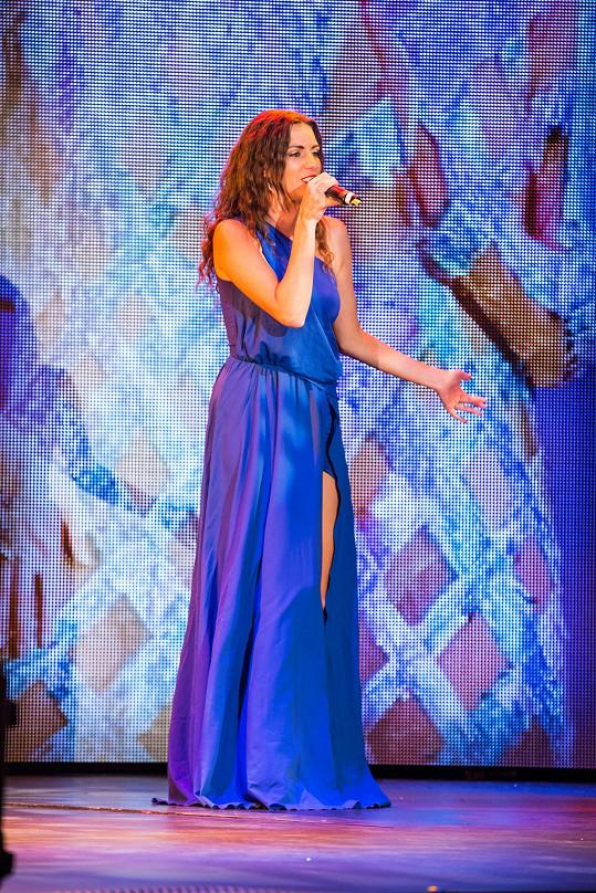 Muzikálová zpěvačka si organizuje svatbu sama.