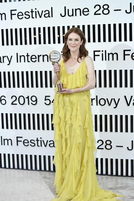 Julianne Moore převzala Křišťálový glóbus za mimořádný umělecký přínos světové kinematografii.