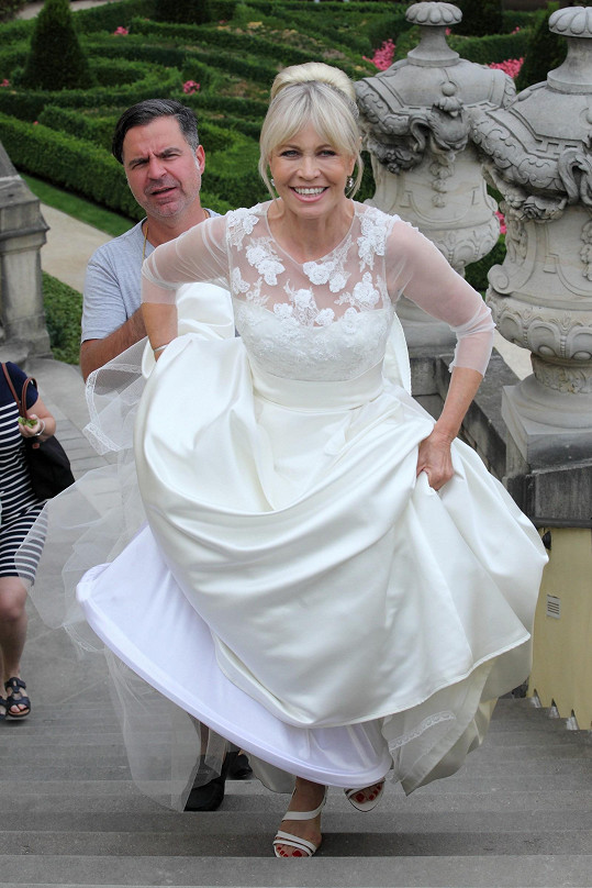 Janě vybíral šaty stylista Martin Gruntorád.