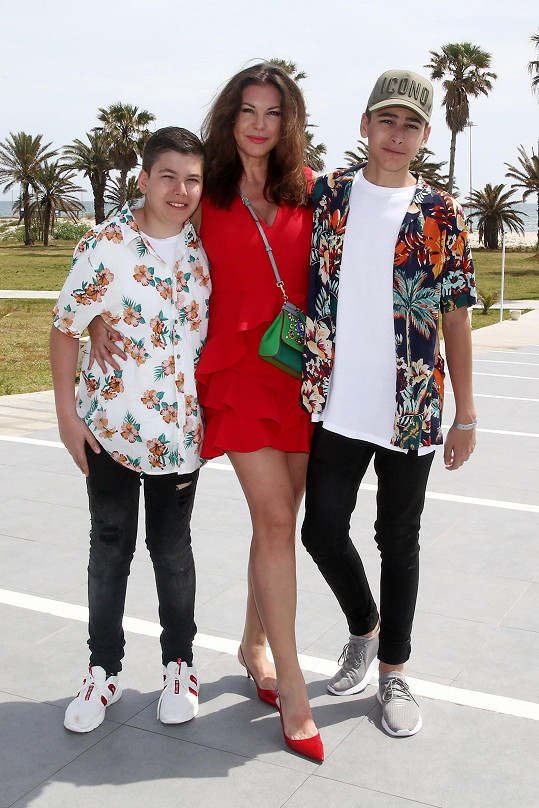 Andrea se syny (vlevo maldší Alex, vpravo André)