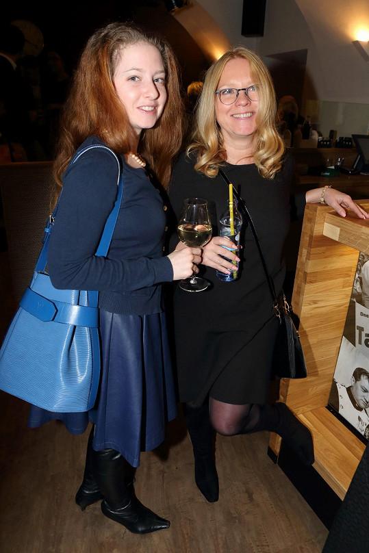 Tereza Pokorná s dcerou Annelií Herz na premiéře divadelní hry Dědicové
