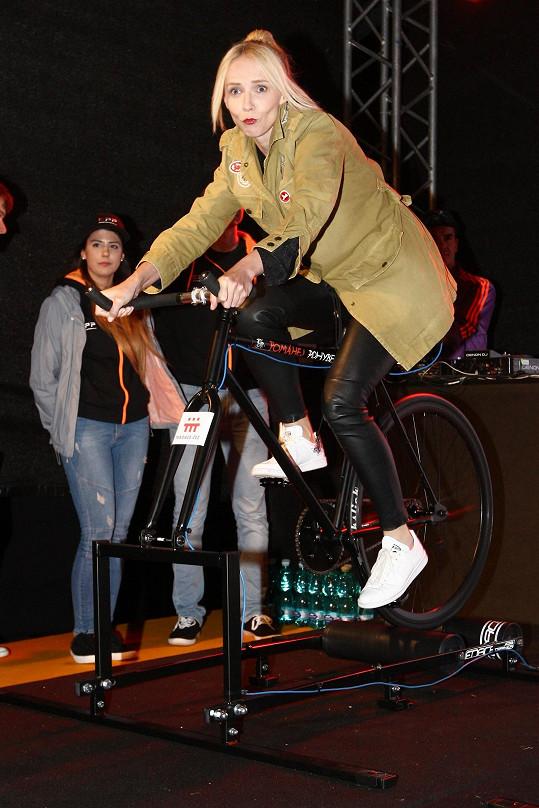 Účastnila se i charitativní jízdy na kole.