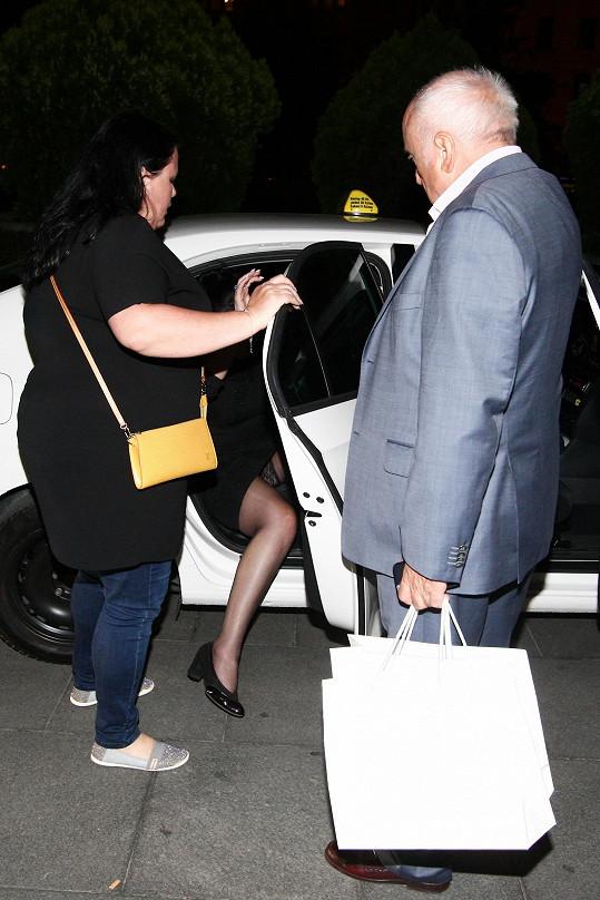 Pak ji Felix doprovodil do taxíku.