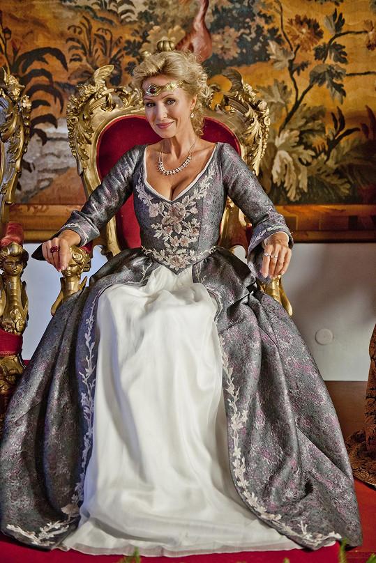 Jako královna je proklatě sexy.