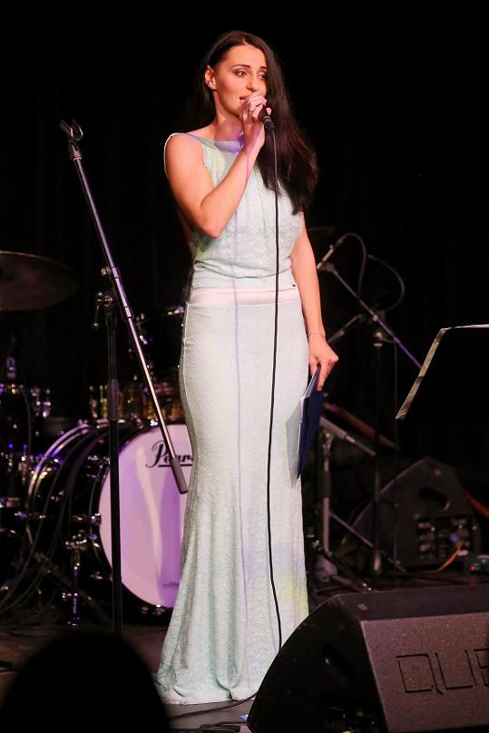Markéta jinak zpívá v muzikálech.