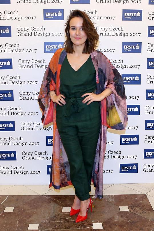 Přes zelený overal Lindex přehodila Tereza Voříšková pláštěnku stejné značky z kolekce Art meets fashion, která vznikla podle vzoru uměleckého díla navrženého mladou umělkyní.