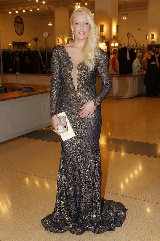 Kateřina Mátlová doplnila šaty šperky od expřítele.