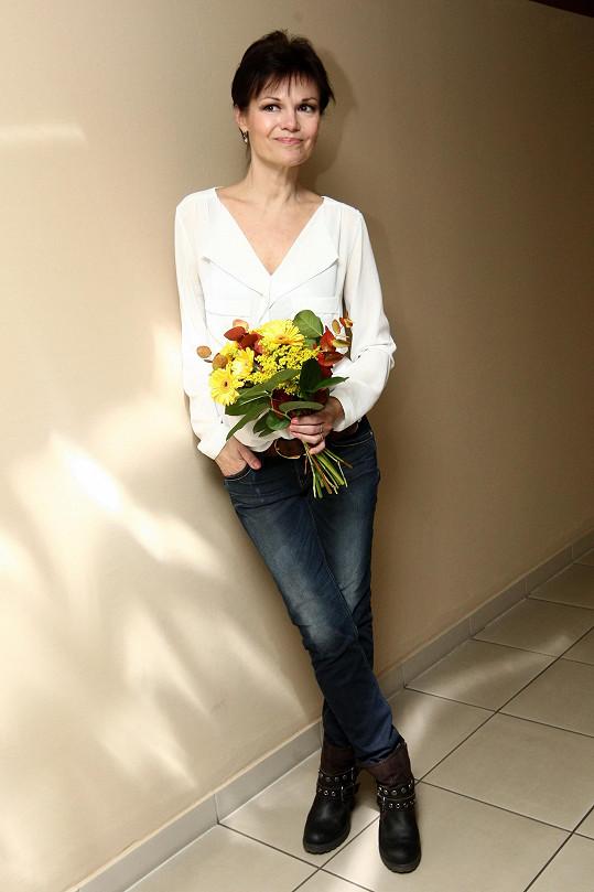 Herečka Simona Postlerová má na svůj věk záviděníhodnou figuru a klasické džínové roury jí naprosto sedí. S patinou kalhot si rozumí také výrazné kotníčkové boty i pásek ve stejném materiálu a barvě. V jejím podání se zdá, že je naprosto snadné působit na prahu padesátky mladistvě.