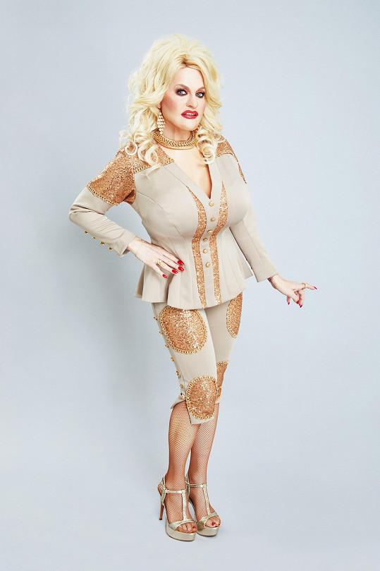 Marta Jandová ztvární legendu country Dolly Parton.