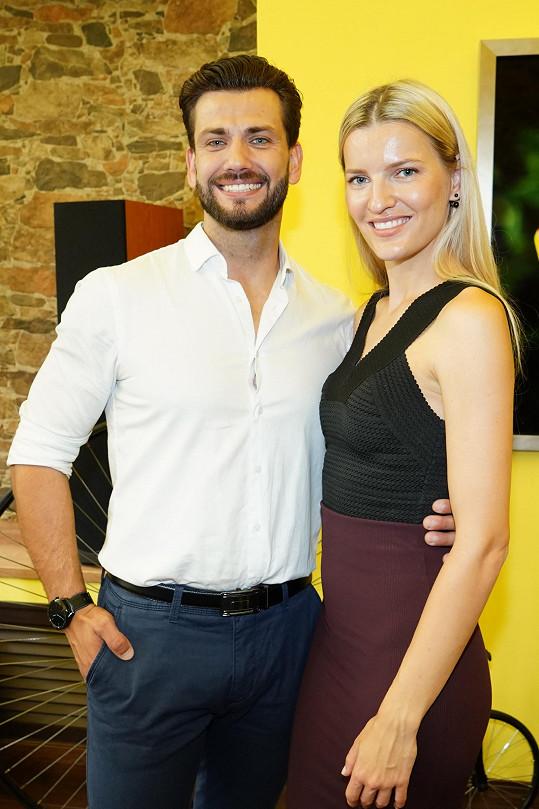 Na vyhlášení nových finalistů Muže roku se potkal s jinou Veronikou, modelkou Chmelířovou.