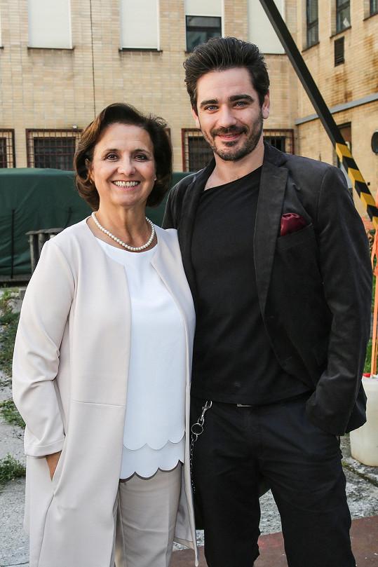 Vojta Kotek a Veronika Freimanová se setkávají na place opět v roli matky a syna.