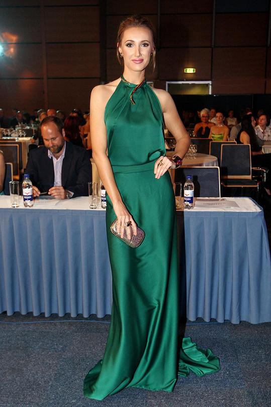 Pořadatelka soutěže Taťána Makarenko zvolila saténovou róbu v lahvově zeleném odstínu Poner, vedle které dominovaly zlaté šperky Cadenza v osobitém designu.