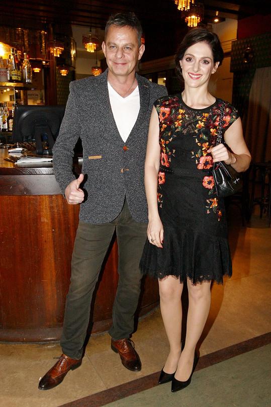 Klára Issová s režisérem Filipem Renčem, který ji obsadil do své komedie Zoufalé ženy dělají zoufalé věci.