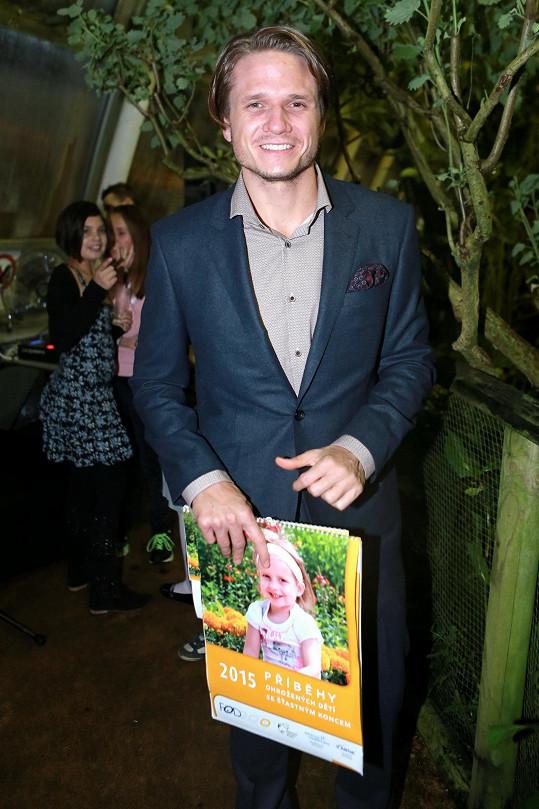 Ondřej Brzobohatý v tropickém skleníku Fata Morgana v Botanické zahradě Praha pokřtil jubilejní desátý kalendář Fondu ohrožených dětí.