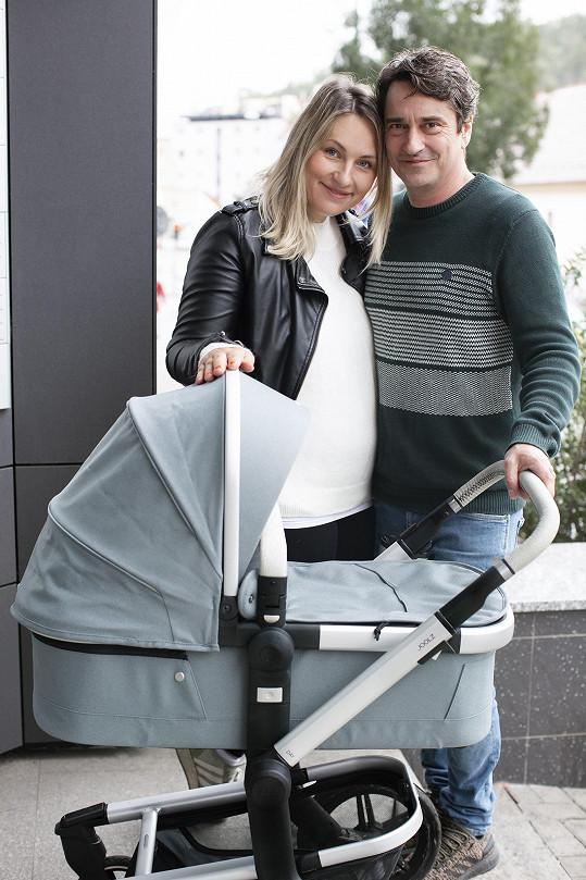 Herec a jeho manželka Lída letos poprvé oslaví Vánoce i s nejmladší dcerou Emilkou, která se narodila v září.