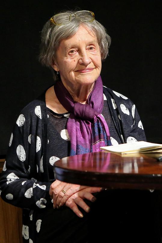 Nina Divíšková se v Malostranské besedě pustila do čtení Smočkovy komedie Podivné odpoledne Dr. Zvonka Burkeho.
