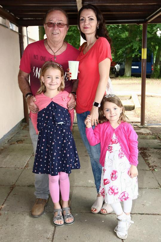 Petr s manželkou Alicí a dvěma nejmladšími dcerami