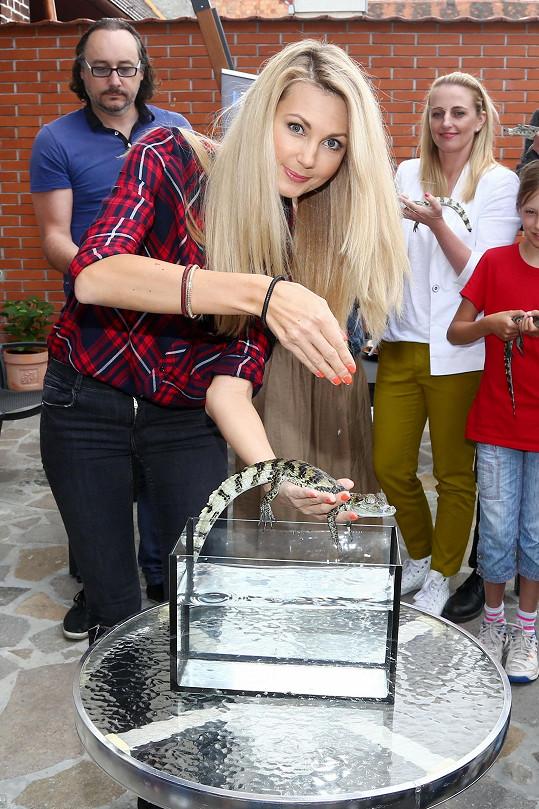 Sandra si vyndala krokodýlka z akvárka...
