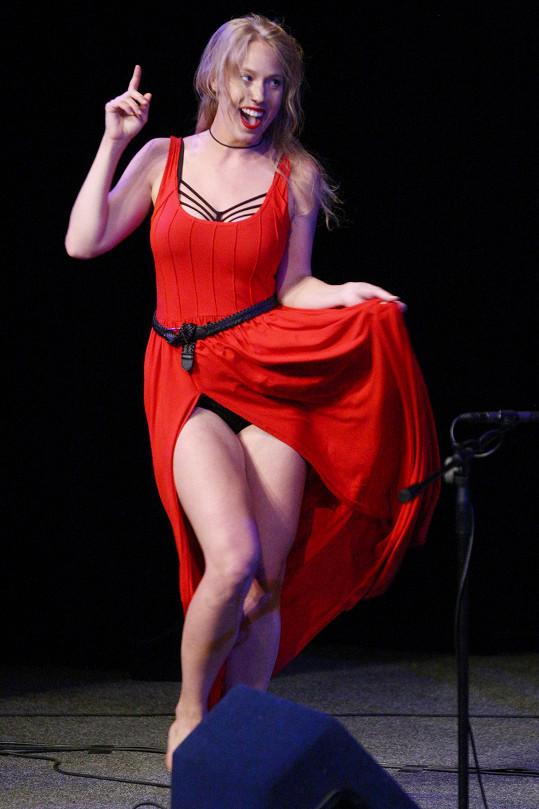 Na pódiu ukázala kalhotky.
