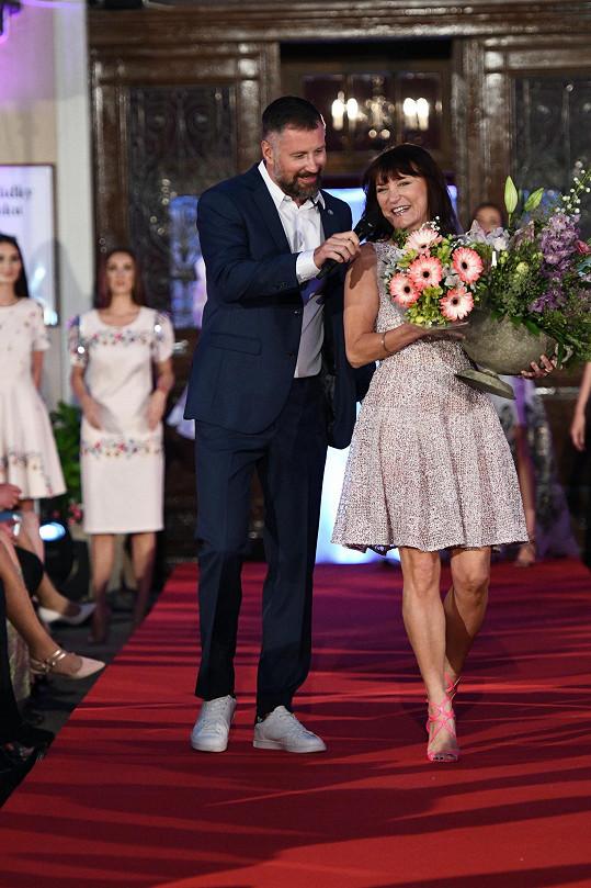 Moderátor večera Petr Vágner v žertu Beatě nechtěl předat mikrofon, neboť věděl, že mluvná návrhářka by se už nevzdala slova.